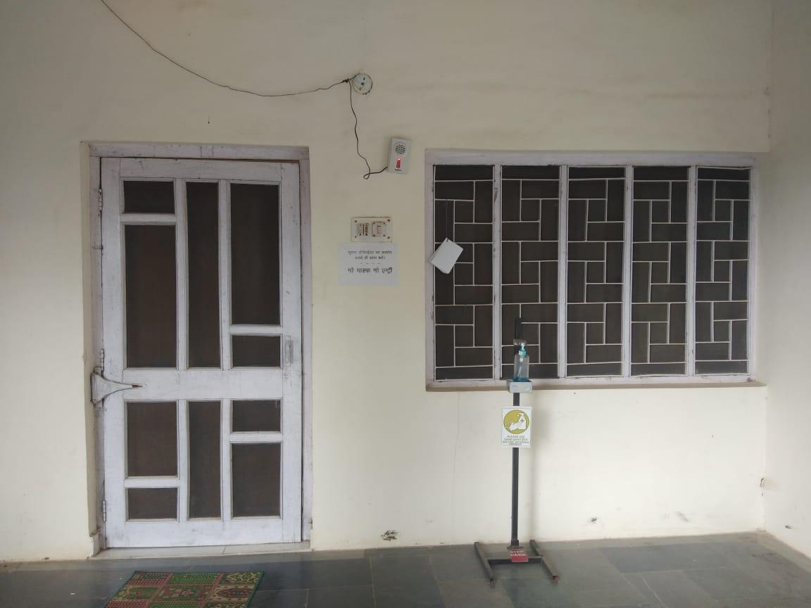 बांसवाड़ा में डाक बंगले के इस कक्ष में चलता है एसीई कार्यालय।