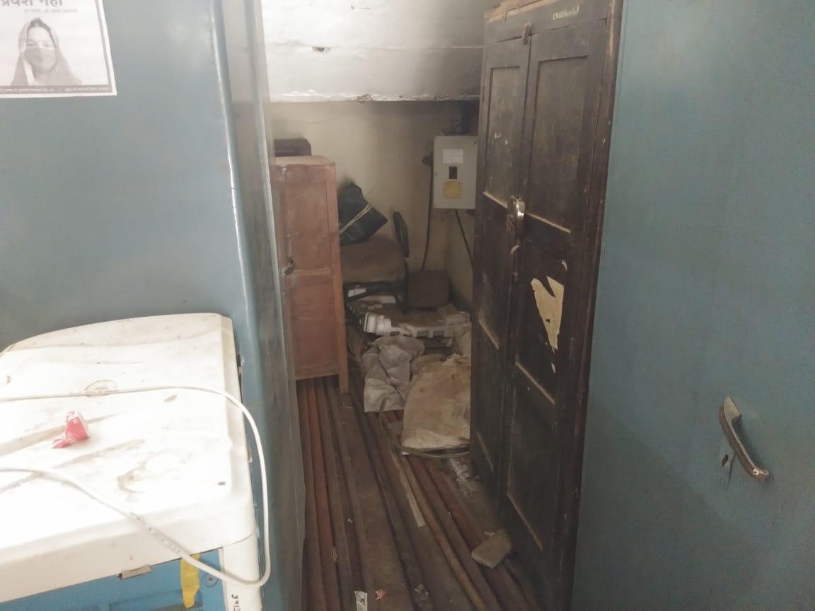 सीएमएचओ कार्यालय में सीढ़ियों के नीचे बिखरा हुआ कबाड़।