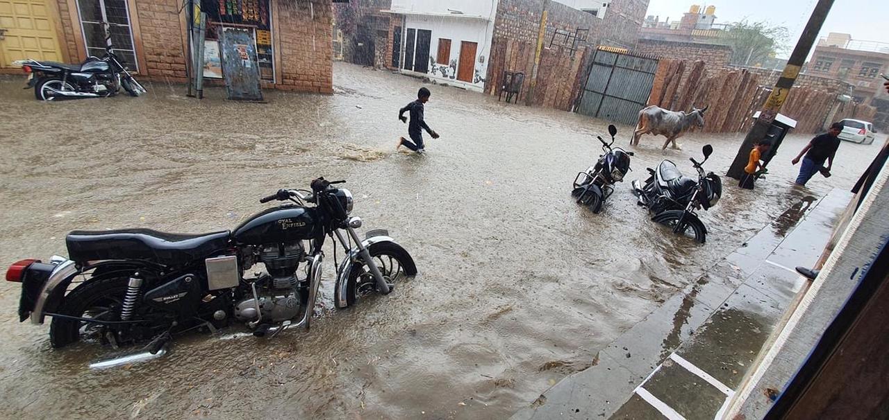 बाड़मेर शहर में जमकर बरसे बादल, बारिश के बाद शहर की मुख्य सड़कों पर 2 फीट तक भरा पानी; लोगों को हुई परेशानी|बाड़मेर,Barmer - Dainik Bhaskar