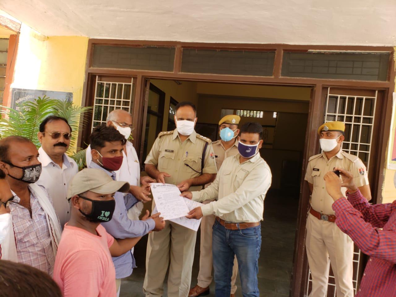 श्रीकरणपुर में पुलिस प्रशासन को ज्ञापन सौंपते नागरिक। - Dainik Bhaskar