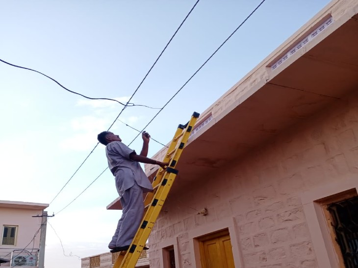 विद्युत चोरी पकड़ता कार्मिक। - Dainik Bhaskar