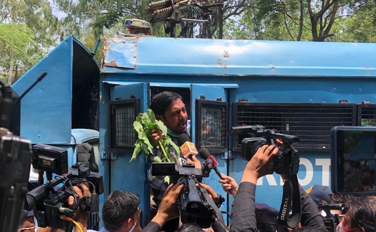 बेशरम के फूल लेकर कांग्रेसी सांसद का बंगला घेरने पहुंचे, रास्ते में पुलिस ने रोका, नोंकझोंक के बाद चार को हिरासत में लेकर डेढ़ घंटे के बाद छोड़ा|मध्य प्रदेश,Madhya Pradesh - Dainik Bhaskar
