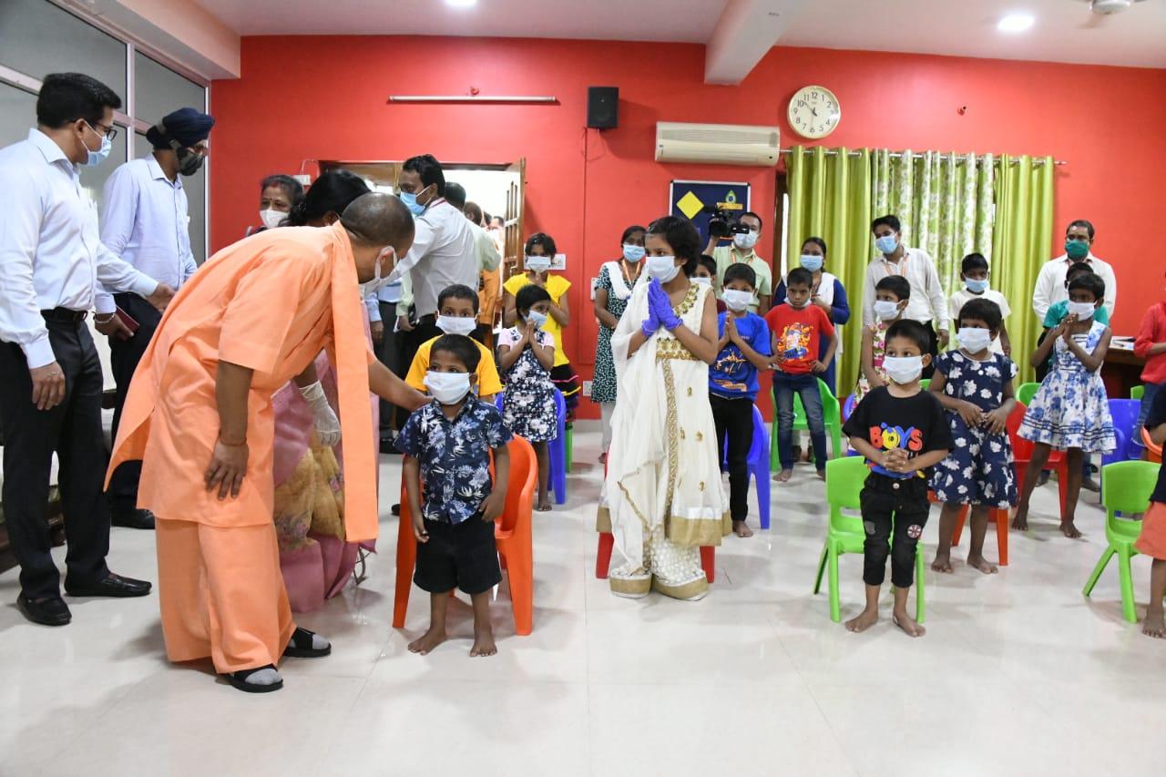 अनाथ आश्रम के बच्चों ने यहां मुख्यमंत्री को महामृत्युंज मंत्र भी सुनाए। योगी ने आश्रम की संचालिका से कहा कि इनकी परवरिश में किसी तरह की कोई कमी न हो।