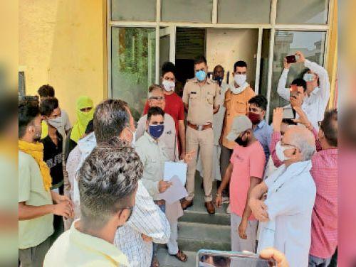 नशा तस्करों की धरपकड़ की मांग, श्रीकरणपुर थाने और डीएसपी कार्यालय पर किया प्रदर्शन|श्रीकरणपुर,Sri karanpur - Dainik Bhaskar