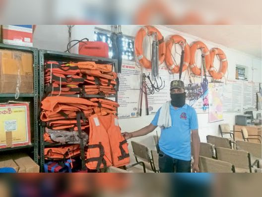 रेस्क्यू के लिए एसडीईआरएफ के कार्यालय में रखे राहत एवं बचाव उपकरण। दूसरे चित्र में खराब हुई रबर बोट। - Dainik Bhaskar