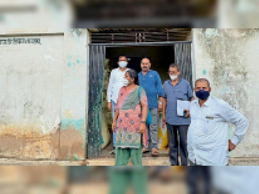 पैक्साें की जांच करती टीम। - Dainik Bhaskar