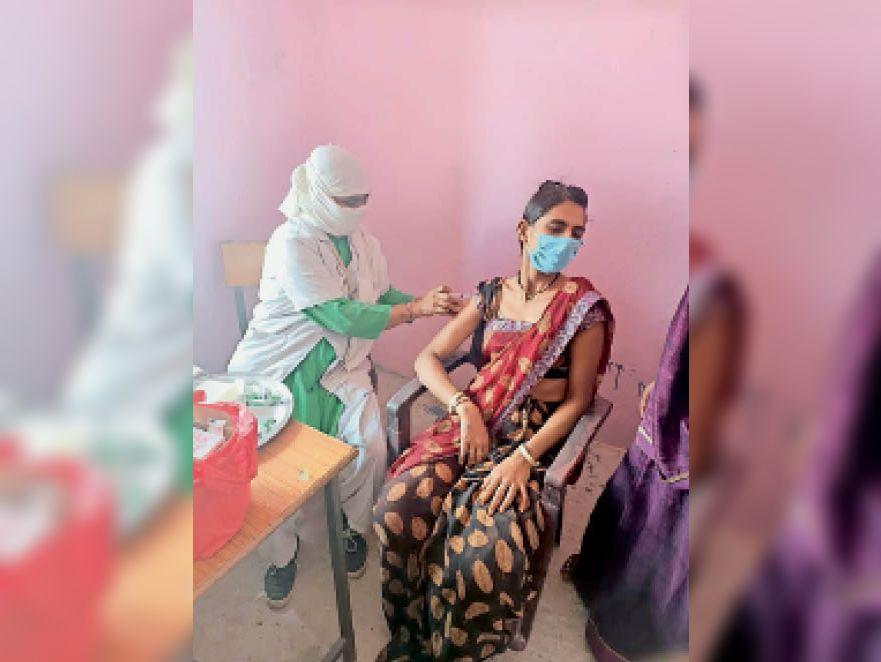 पिपल्याडाबी में वैक्सीनेशन कराती महिला। - Dainik Bhaskar