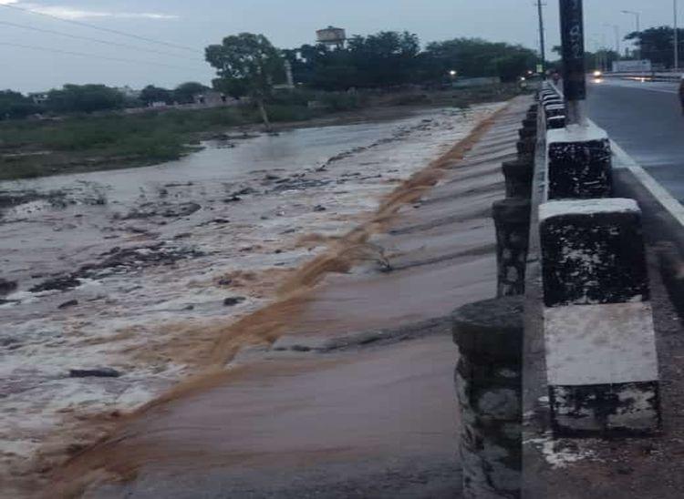 बाली की सुकड़ी नदी 27 पुलिया पर में आया बरसात का पानी।
