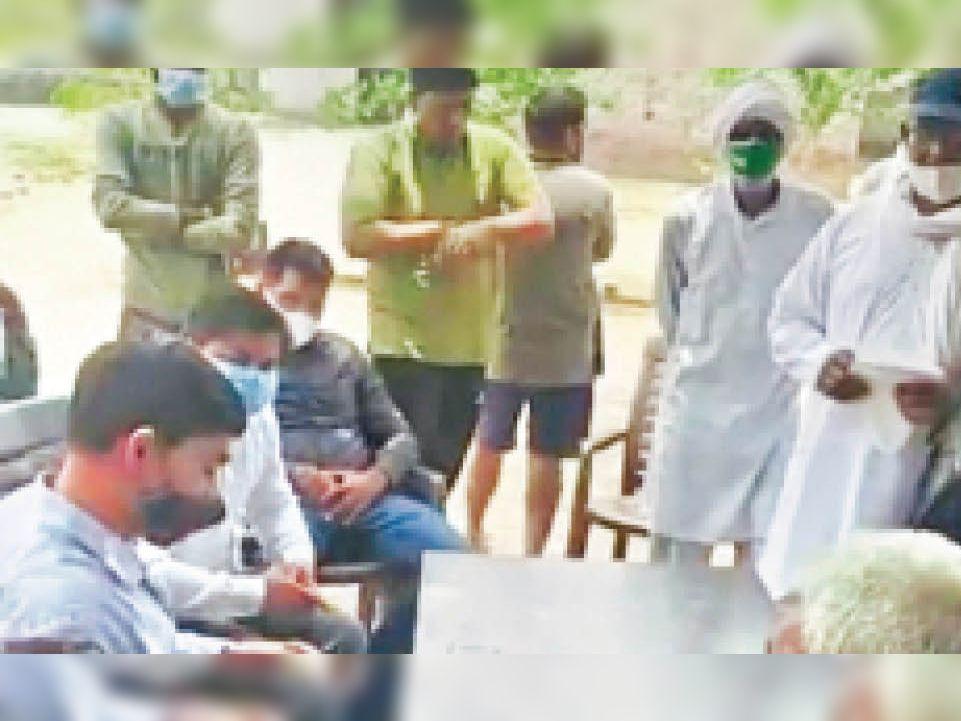 सातराेड में पहुंचे नगर निगम के अधिकारियाें के समक्ष समस्या रखते हुए ग्रामीण - Dainik Bhaskar