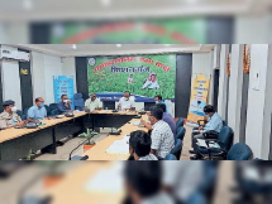 सड़क सुरक्षा समिति की बैठक करते डीएम। - Dainik Bhaskar