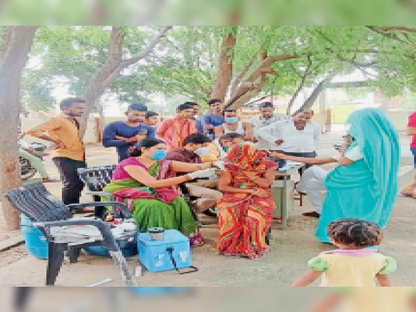 पोरसा खुर्द में टीका लगवाती महिला। - Dainik Bhaskar