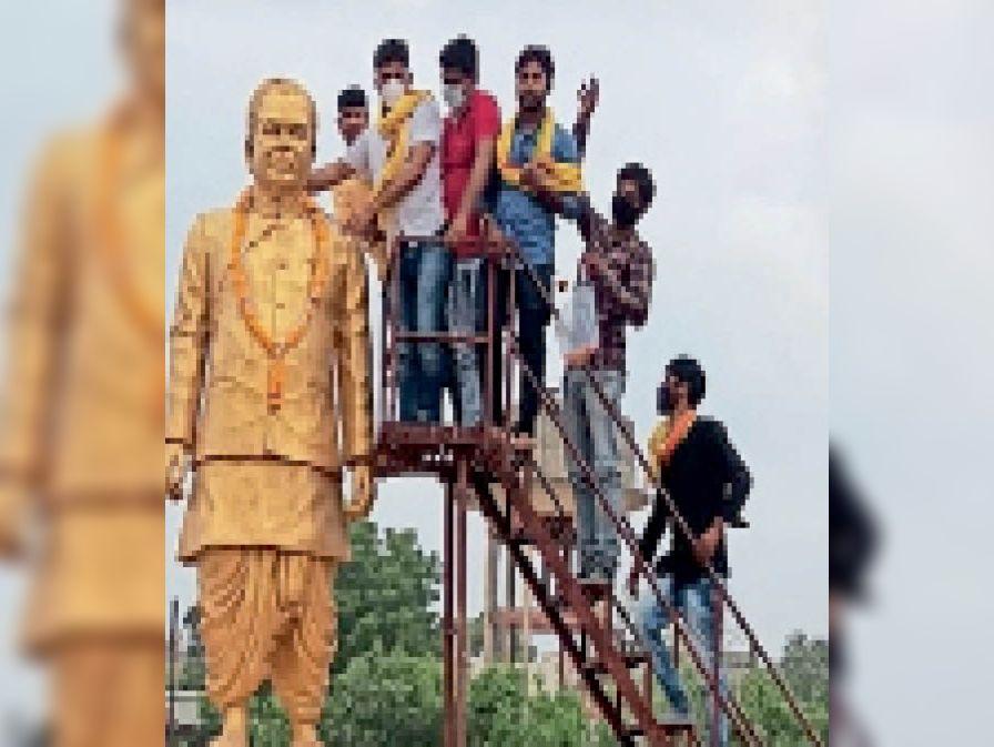 कार्यकर्ताओं ने दिलीपसिंह भूरिया की प्रतिमा पर माल्यार्पण किया। - Dainik Bhaskar