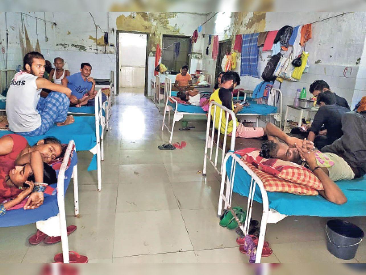 कैसा इलाज: परिजन बोले-पीएमसीएच वार्ड में 10 दिन से नहीं आए डॉक्टर - Dainik Bhaskar