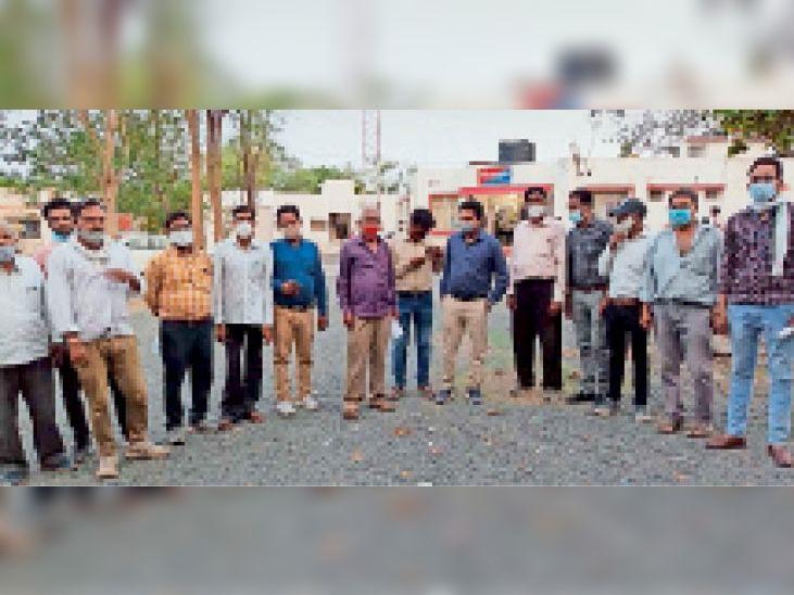 पटवारी संघ के सदस्य थाने पहुंचे और दाे लाेगाें पर प्रकरण दर्ज कराया। - Dainik Bhaskar
