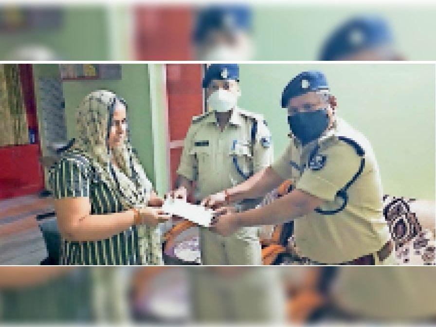 अश्वनी कुमार की पत्नी को 32 लाख का ड्राफ्ट देते एएसपी व अन्य। - Dainik Bhaskar