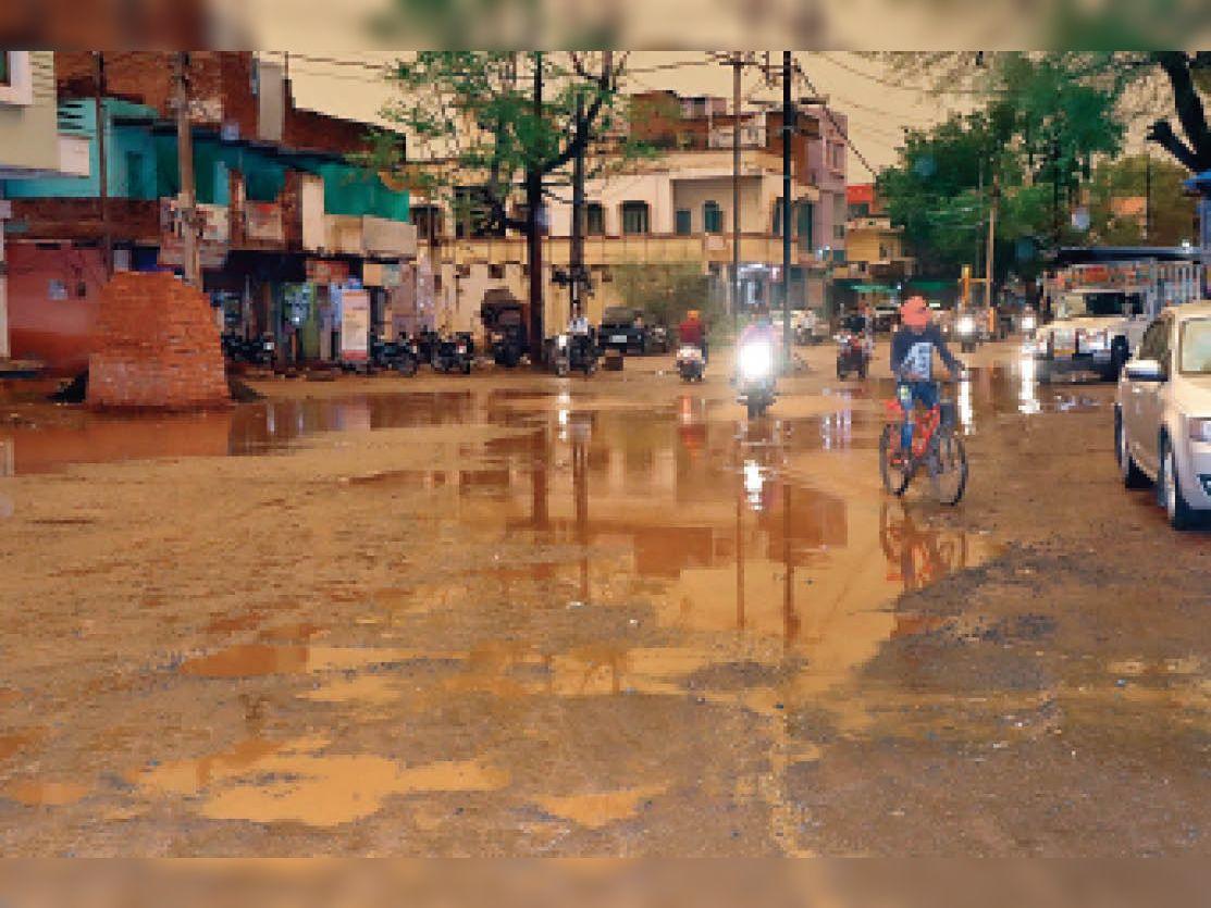 एलआईसी ऑफिस के सामने ईसागढ़ रोड पर जमा हुआ बारिश का पानी। जहां से निकलने वाले लोगों को परेशानी का सामना करना पड़ता है।