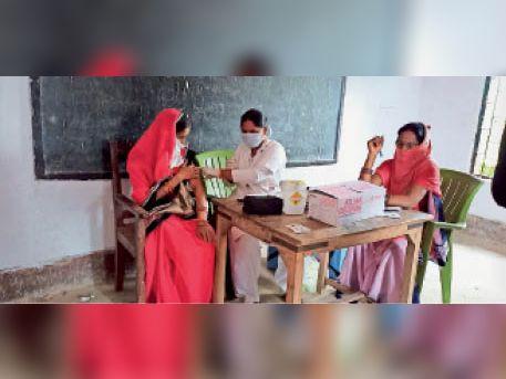 टीकाकरण करते - Dainik Bhaskar