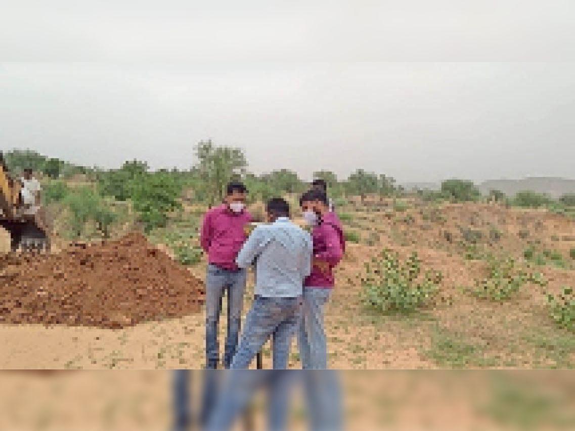 रालावास रीको क्षेत्र में भूमि का कब्जा संभालते रीको अधिकारी। - Dainik Bhaskar