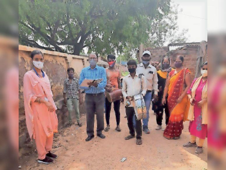 धौलपुर. बकायन पुरा गांव में  ढोल-नगाडों के साथ कोरोना जागरूकता रैली निकालते शिक्षक। - Dainik Bhaskar