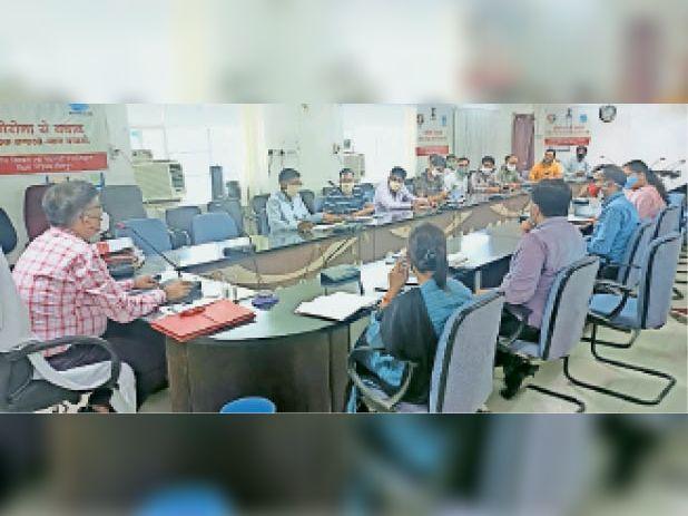 धौलपुर. बैठक में अधिकारियों को निर्देशित करते कलेक्टर एवं मौजूद अधिकारी। - Dainik Bhaskar