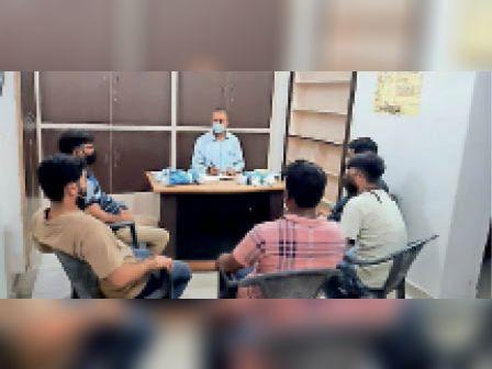 धौलपुर. कार्यक्रम की तैयारी को लेकर बैठक करते कांग्रेस नेता। - Dainik Bhaskar