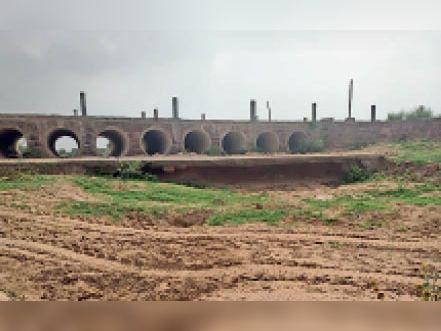 धौलपुर. नादौली गांव के पास पार्वती नदी पर बनी रपट के नीचे से बजरी खनन के बाद खाली दिखती नींव। - Dainik Bhaskar