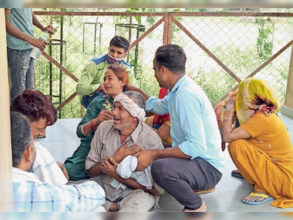 नागरिक अस्पताल में मृतक का पिता व परिवार के अन्य सदस्य। - Dainik Bhaskar