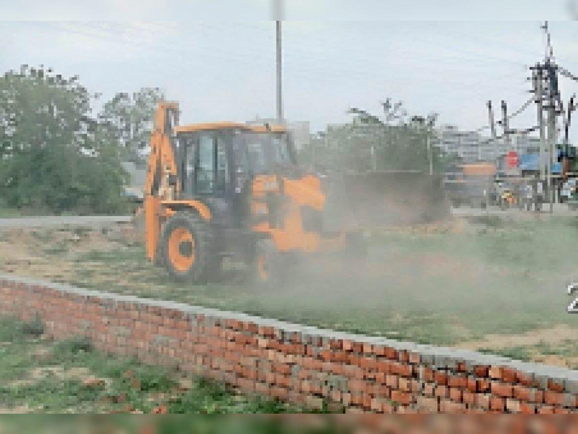 नाथूपुर में अवैध निर्माण हटाते हुए जेसीबी मशीन। - Dainik Bhaskar