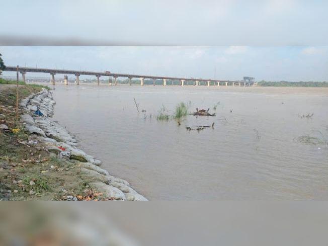 बिदुपुर स्थित गंडक नदी में उफान। - Dainik Bhaskar