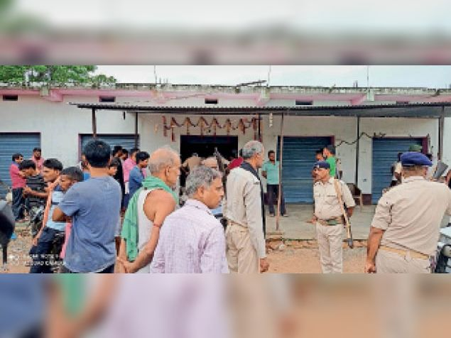 हुलासगंज बाजार में लूट के बाद पहुंची पुलिस। - Dainik Bhaskar