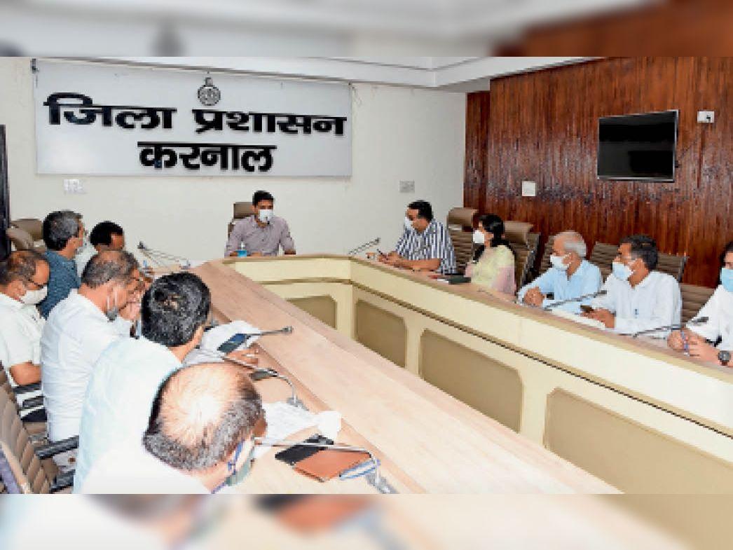 लघु सचिवालय मीटिंग में कार्यकारी अभियंता व ठेकेदार को जल्द कार्य करने के निर्देश देते हुए डीसी निशांत कुमार यादव। - Dainik Bhaskar