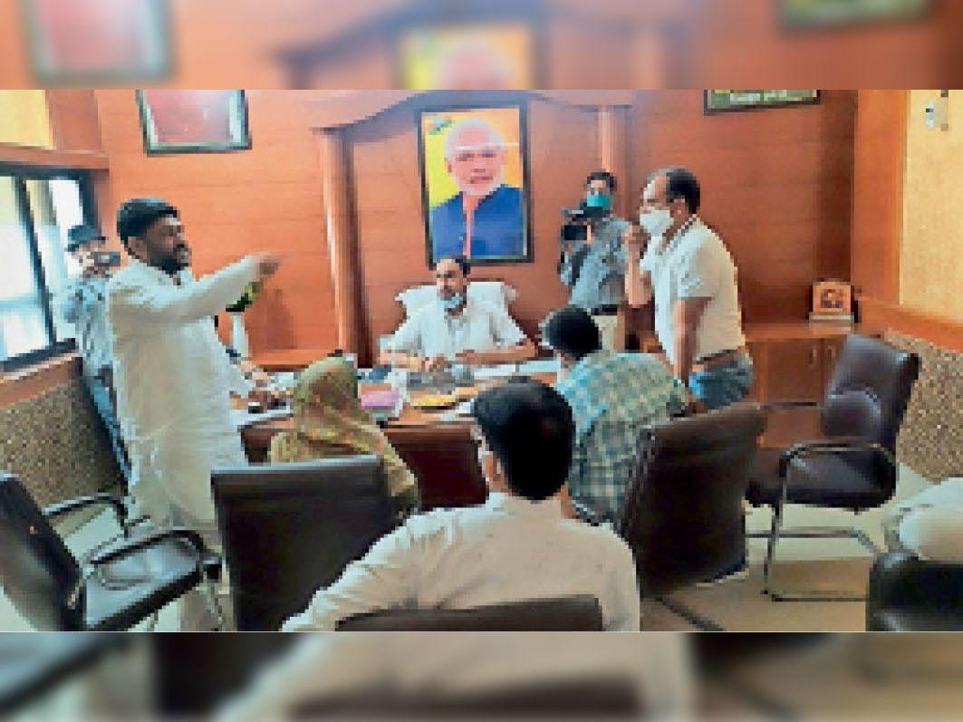अटेली नगरपालिका की बजट बैठक में विरोध जताते पूर्व प्रधान विकास यादव। - Dainik Bhaskar