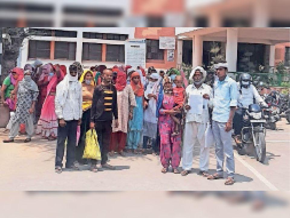 एसपी को ज्ञापन सौंपने आए जखराना के ग्रामीण। - Dainik Bhaskar