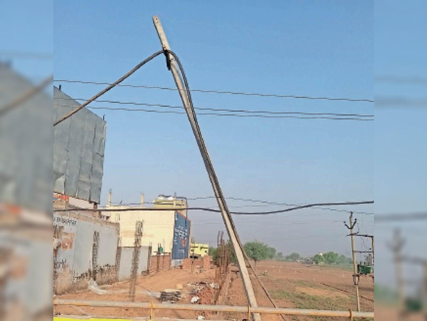 महेंद्रगढ़ में गिरने की अवस्था में बिजली का पोल। - Dainik Bhaskar