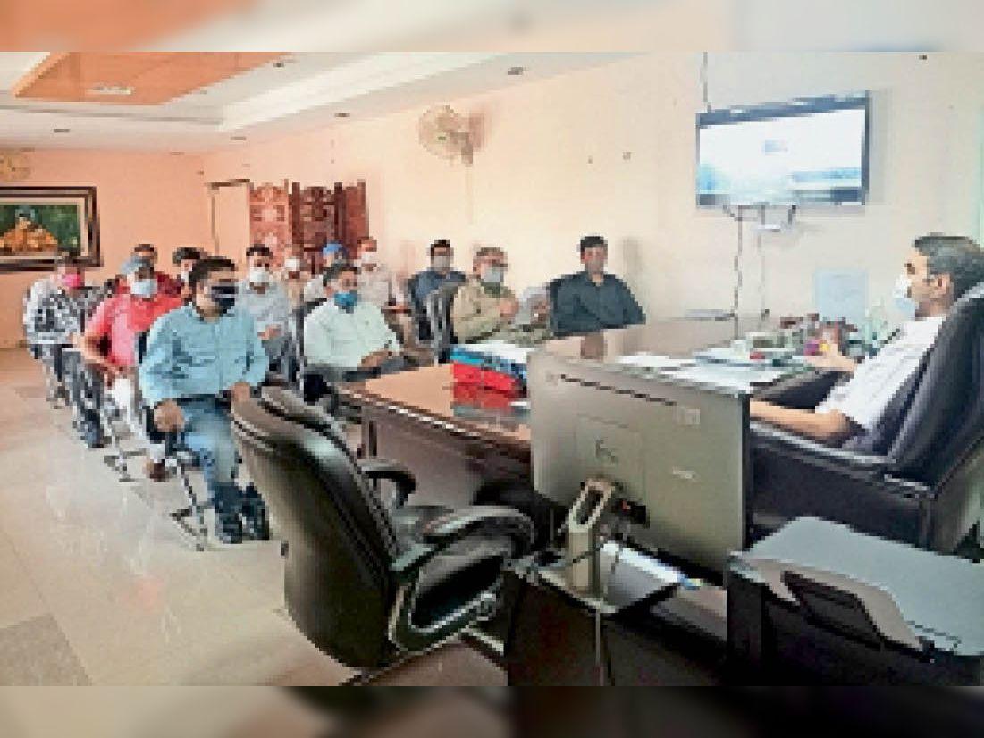 ऐतिहासिक इमारतों के संरक्षण के लिए बैठक लेते उपायुक्त। - Dainik Bhaskar
