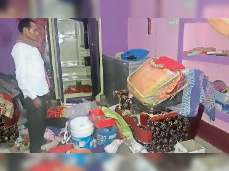 चोरी की घटना के बाद घर की हालत दिखाता पीड़ित। - Dainik Bhaskar