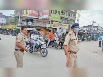 कार्रवाई करती पुलिस। - Dainik Bhaskar