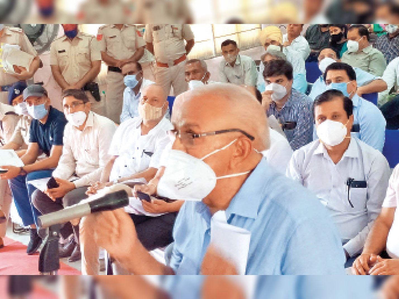 कष्ट निवारण समिति की बैठक में अपनी पीड़ा व्यक्त करते निहाल सिंह। - Dainik Bhaskar