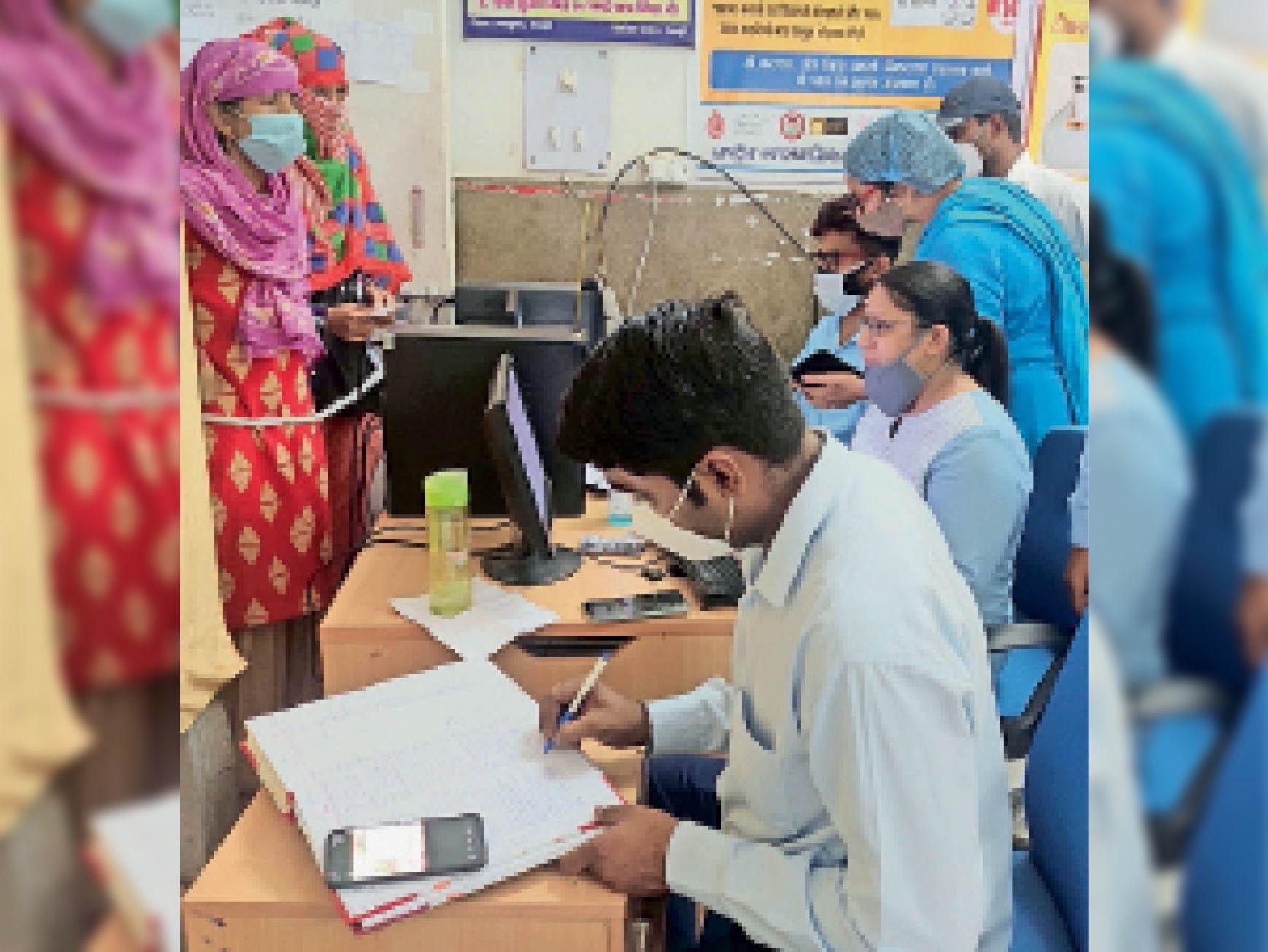 टीकाकरण के लिए रजिस्ट्रेशन करते लोग। - Dainik Bhaskar