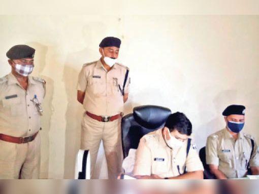 प्रेस कॉन्फ्रेंस करते एस पी के साथ एएसपी व अन्य पुलिस अधिकारी - Dainik Bhaskar