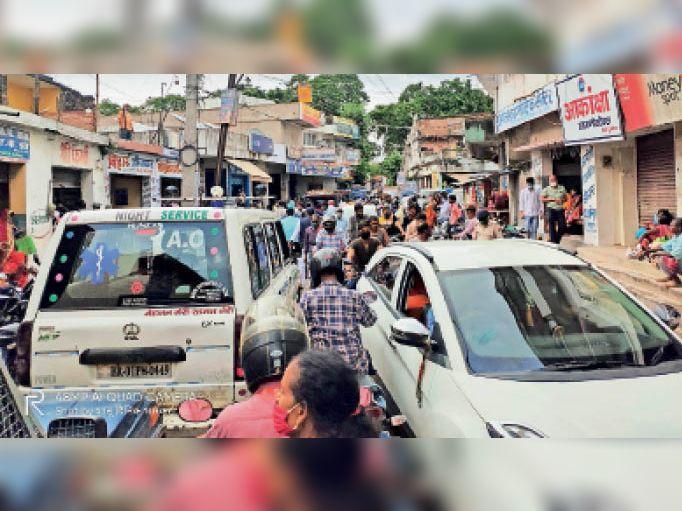 हॉस्पिटल रोड में लगा जाम। इस दौरान सोशल डिस्टेंसिंग का नहीं किया जा रहा था पालन। - Dainik Bhaskar