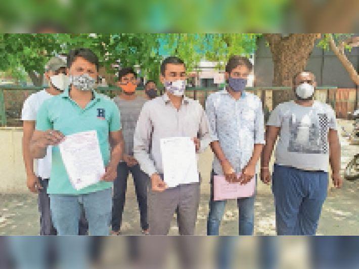 कलेक्टर को ज्ञापन देने जाते बीसलपुर जलप्रदाय परियोजना कर्मचारी संघ के पदाधिकारी। - Dainik Bhaskar
