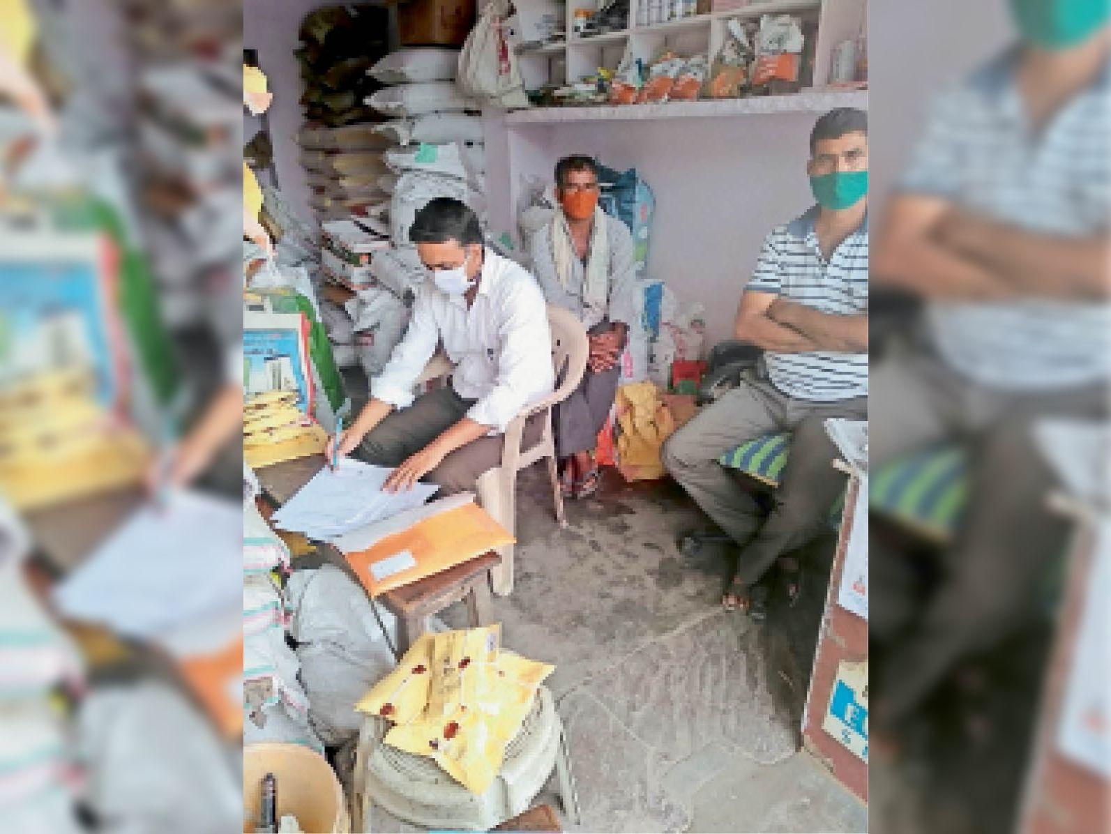 खाद-बीज की दुकानों का निरीक्षण करती जयपुर से आई टीम। - Dainik Bhaskar