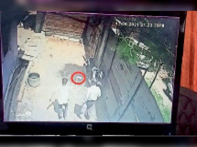 सीसीटीवी कैमरे में अधेड़ की जेब से मोबाइल लूटकर भागता हुआ बदमाश कैद हुआ। - Dainik Bhaskar