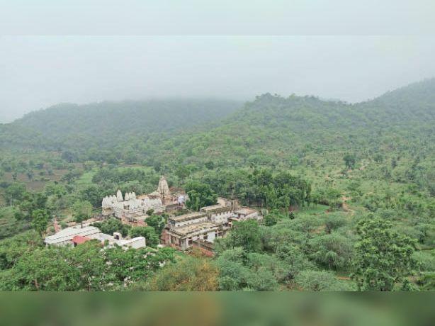 3-देसूरी. अरावली पर्वत की तहलटी में स्थित श्री मुछाला महावीर जैन मंदिर के चारो तरफ छाई हरियाली, जो भक्ताें के साथ पर्यटकों के लिए इन दिनों आकर्षण का केंद्र बन सकता है। मंदिर लॉक होने के कारण न तो पर्यटक आ रहे हैं और न ही कोई भक्त। शुक्रवार को अरावली पर्वतमाला पर दिनभर बादल छाए रहे। फ़ोटो-दिनेश आदिवाल - Dainik Bhaskar