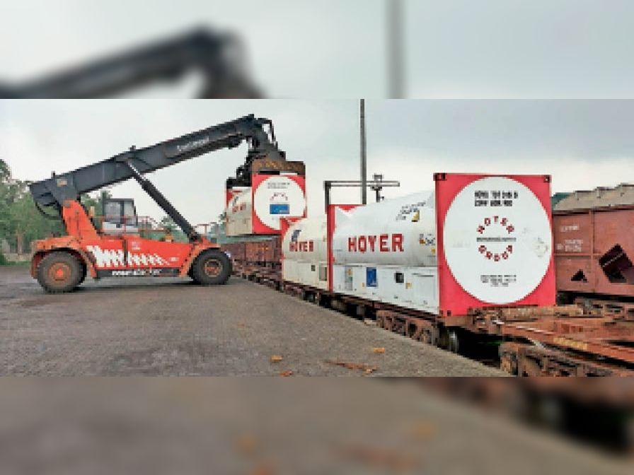 ऑक्सीजन एक्सप्रेस ट्रेन में कंटेनरों की लोडिंग। - Dainik Bhaskar