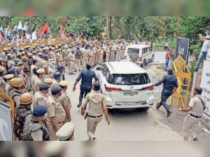 यमुनानगर। पुलिस सुरक्षा में मंत्री की गाड़ी को बाहर निकालते पुलिस कर्मी। - Dainik Bhaskar