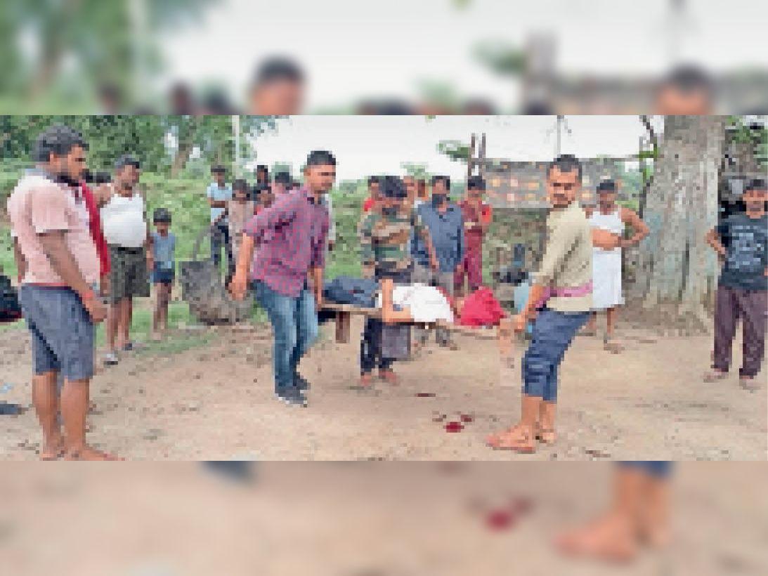 इलाज के लिए भेजते स्थानीय लोग, जिसकी बाद में हो गई मौत। - Dainik Bhaskar