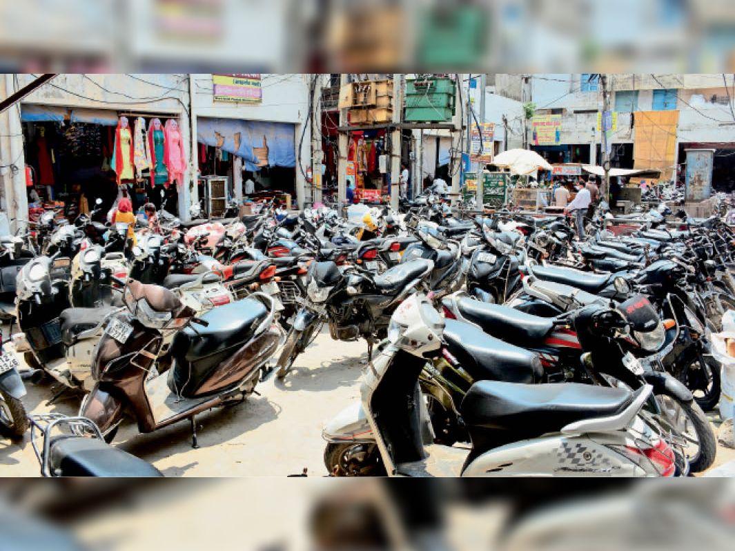 शाैरी मार्केट में व्यापारियों की ओर से बाइक खड़ी करके बनाई हुई अवैध पार्किंग। रोजाना जाम लगने से खरीदारी करने के लिए आने वाले लोगों को परेशानी हो रही है। - Dainik Bhaskar