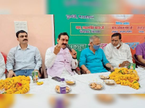 भूमिपूजन कार्यक्रम में पहुंचे प्रदेश के गृह मंत्री डॉ. नरोत्तम मिश्रा व अन्य। - Dainik Bhaskar